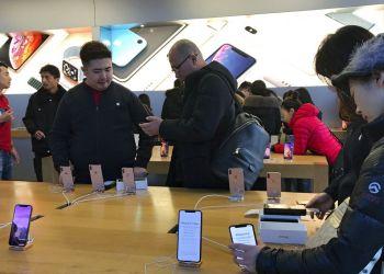 Gente compra el último modelo de iPhone en el Apple Store, Beijing, martes 11 de diciembre de 2018. El jefe de la economía china y el secretario del Tesoro estadounidense discutieron planes para realizar conversaciones sobre la guerra arancelaria. Foto: Andy Wong / AP.