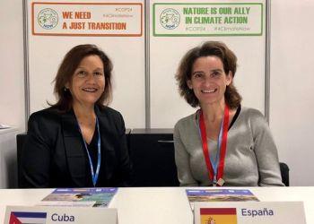 La ministra para la Transición Ecológica de España, Teresa Ribera (der), entregó a la ministra de Ciencia, Tecnología y Medio Ambiente de Cuba, Elba Rosa Pérez (izq), los resultados de un proyecto sobre el impacto del cambio climático en la costa noroccidental de la Isla. Foto: Europa Press.