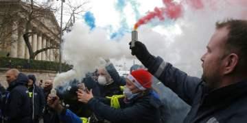 Trabajadores de ambulancias encienden bengalas en el exterior de la Asamblea Nacional francesa, en París, el 3 de diciembre de 2018. Foto: Michel Euler / AP.