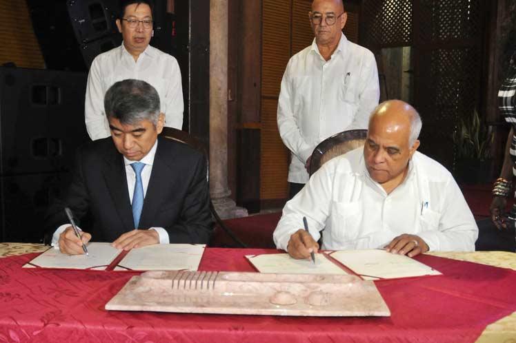 Orlando Hernández (d), presidente de la Cámara de Comercio de Cuba, firma un acuerdo con Chen Zhou (i), vicepresidente del Consejo Chino para la Promoción del Comercio Internacional, en una sesión bilateral celebrada en La Habana. Foto: Prensa Latina.