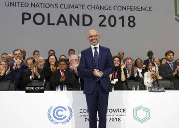 El presidente Michal Kurtyka posa para una fotografía tras el anuncio del acuerdo final durante la sesión de clausura de la Conferencia sobre el Cambio Climático (COP24) en Katowice, Polonia, el sábado 15 de diciembre de 2018. Foto: Czarek Sokolowski / AP.
