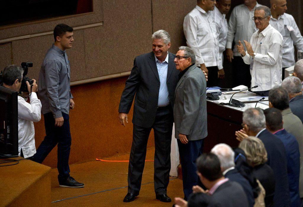 El presidente de Cuba, Miguel Díaz-Canel, y el ex presidente Raúl Castro posan para una foto antes del inicio de una sesión para debatir el borrador de una nueva constitución en el Palacio de Convenciones en La Habana. Foto:  Ramón Espinosa / AP.