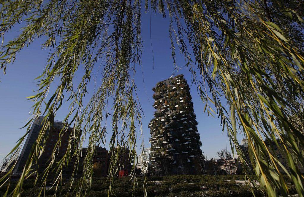 Fotografía del 27 de noviembre de 2018 de una vista de las torres residenciales Bosco Verticale en Milán, Italia. Foto: Luca Bruno / AP.