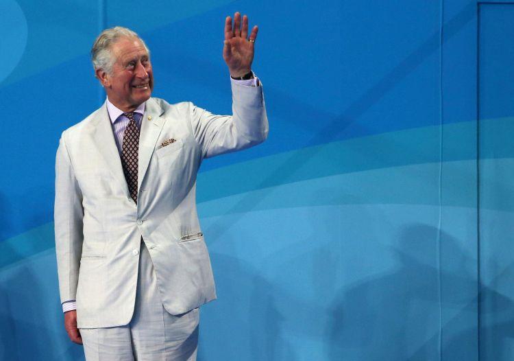 El príncipe Carlos de Gran Bretaña saluda en los Juegos de la Mancomunidad Británica en la Gold Coeast, Australia, 5 de abril de 2018. (AP Foto/Rick Rycroft)