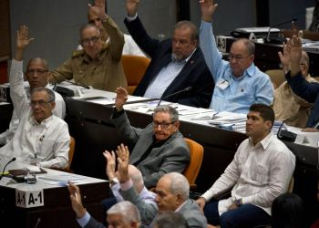 El ex presidente cubano Raúl Castro vota durante una sesión para debatir una nueva constitución en La Habana, el 21 de diciembre de 2018. Foto: Ramón Espinosa / AP.