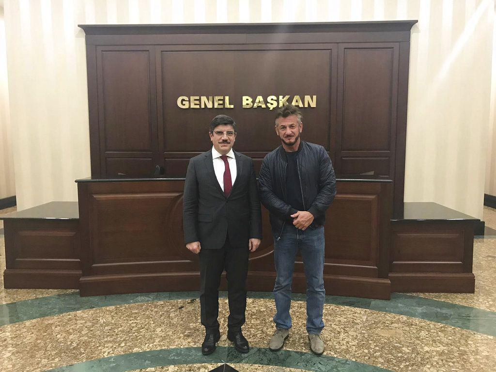 El actor estadounidense Sean Penn (der) con Yasin Aktay, asesor del presidente turco Recep Tayyip Erdogan, en Ankara el 5 de diciembre del 2018. (Foto suministrada por Aktay via AP)