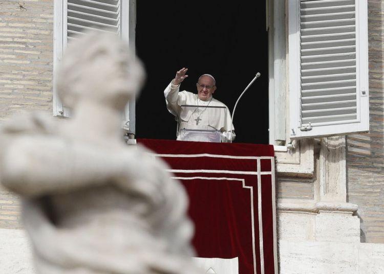 El papa Francisco saluda a los fieles desde la ventana de su estudio sobre la Plaza de San Pedro, Vaticano, 16 de diciembre de 2018. Foto: Gregorio Borgia / AP.