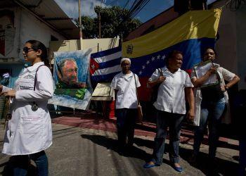 Médicos cubanos en Venezuela. Foto: elestimulo.com / Archivo.