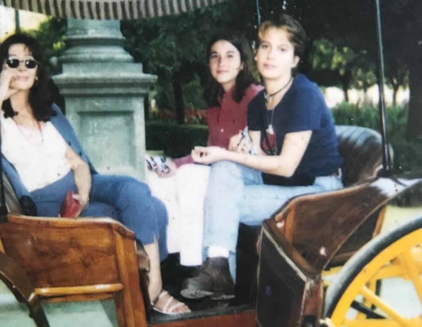 Con su hija Laura y su esposa Maritchu en Sevilla. Foto: Cortesía de Violeta Rodríguez Chaviano.