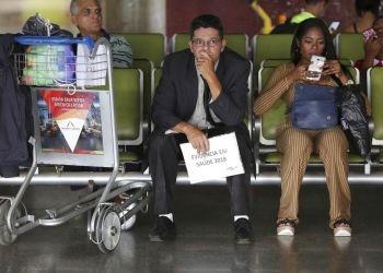 En esta foto de archivo del 22 de noviembre de 2018, doctores cubanos esperan para volar a casa desde el aeropuerto de Brasilia. Brasil. Foto: Eraldo Peres / AP / Archivo.