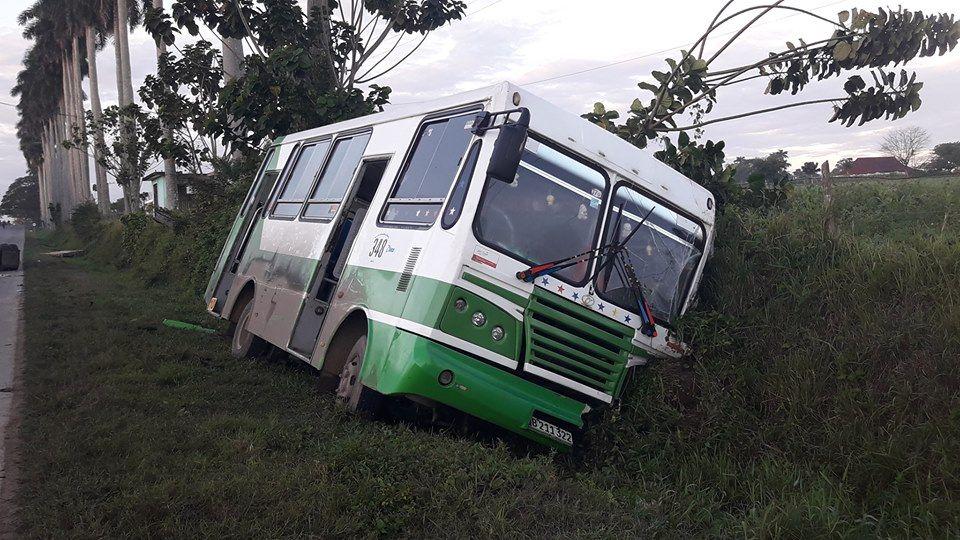 Ómnibus accidentado este miércoles en Pinar del Río, tras impactar con un camión de carga. Foto: Periódico Guerrillero.