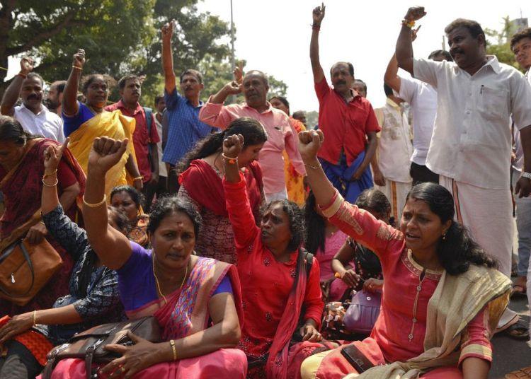 Manifestantes bloquean el tráfico y corean consignas tras reportes sobre dos mujeres en edad fértil a las que se les negó la entrada al templo de Sabarimala, uno de los mayores lugares de peregrinaje hindú del mundo, en Thiruvananthapuram, Kerala, India, el 2 de enero de 2019. Foto: R S Iyer / AP.