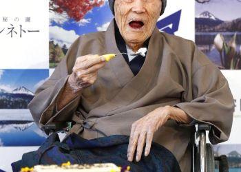 En esta imagen de archivo, tomada el 10 de abril de 2018, Masazo Nonaka come torta tras recibir el certificado del Guinness World Records que lo acredita como el hombre más viejo del mundo con 112 años y 259 días durante una ceremonia en Ashoro, Japón. Foto: Masanori Takei / Kyodo News vía AP.