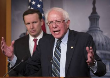 Bernie Sanders (der), juno a Chris Murphy, senador demócrata por Connecticut, habla durante una conferencia de prensa en el Capitolio, en diciembre de 2018. Foto: J. Scott Applewhite / AP.