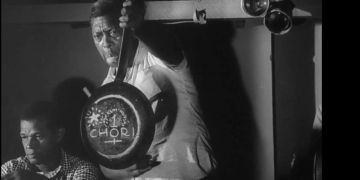 Chori con sartén. Playa de Marianao. 1960. Fotograma del Noticiero ICAIC Latinoamericano # 7.