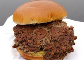 """La """"hamburguesa imposible"""", hecha de proteína de trigo, aceite de coco, proteína de patata y otros ingredientes, en Bellevue, Nebraska. Foto: Nati Harnik / AP."""