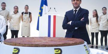 El presidente de Francia, Emmanuel Macron, posa junto a una tarta típica de la Epifanía, en el Palacio del Elíseo, en París, Francia, el 11 de enero de 2019. Foto: Ian Langsdon /Pool Photo via AP.
