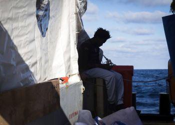 Migrantes sentados en el buque de rescate Sea-Watch 3. Foto: Chris Grodotzki / Sea Watch vía AP / Archivo.