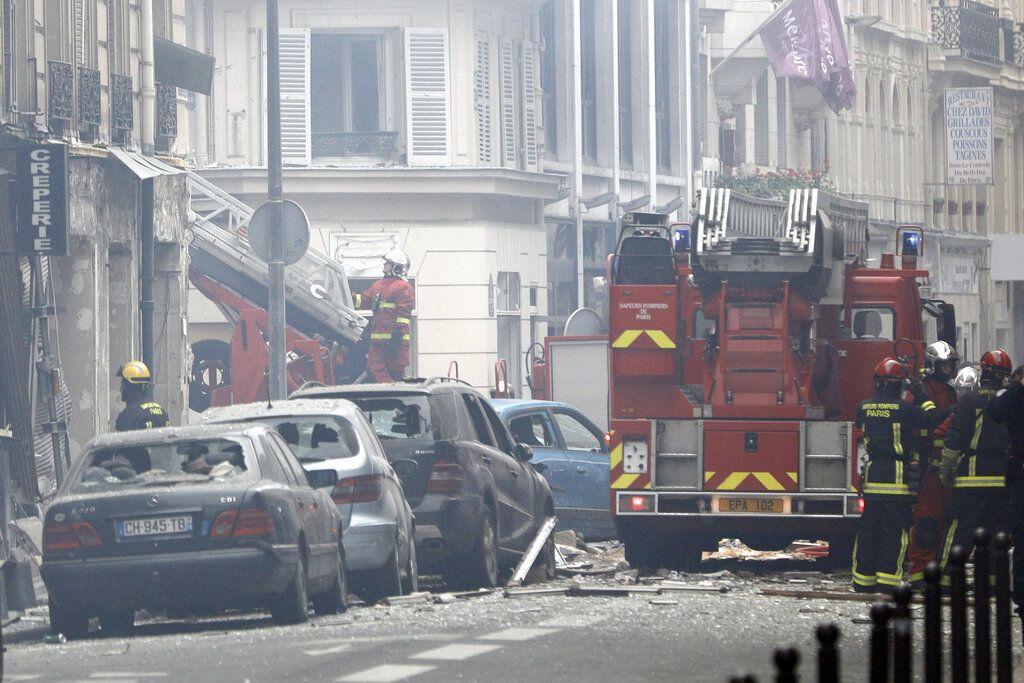 Bomberos trabajan en el lugar donde se registró una explosión que las autoridades atribuyen a una fuga de gas, en París, Francia, el sábado 12 de enero de 2019. Foto: Kamil Zihnioglu / AP.