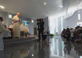 El Papa Francisco conversa con la delegación cubana la Jornada Mundial de la Juventud católica en Panamá, el viernes 25 de enero de 2019. Foto: Manuel Alejandro Rodríguez / Facebook.