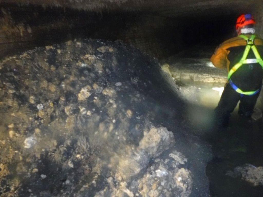 Esta foto divulgada proporcionada el martes 8 de enero del 2019 por la compañía británica South West Water muestra parte de una masa de grasa, aceite y toallitas para bebés de 64 metros (210 pies) de largo en la ciudad de Sidmouth, Inglaterra. Foto: South West Water via AP.