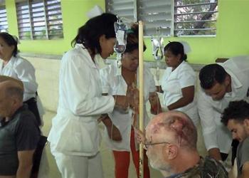 Fotografía cedida por el periódico Juventud Rebelde que muestra a heridos del accidente masivo de tránsito ocurrido el 10 de enero de 2018, en la provincia de Guantánamo, al este de Cuba. Foto: Lilibeth Alfonso / Juventud Rebelde / EFE.