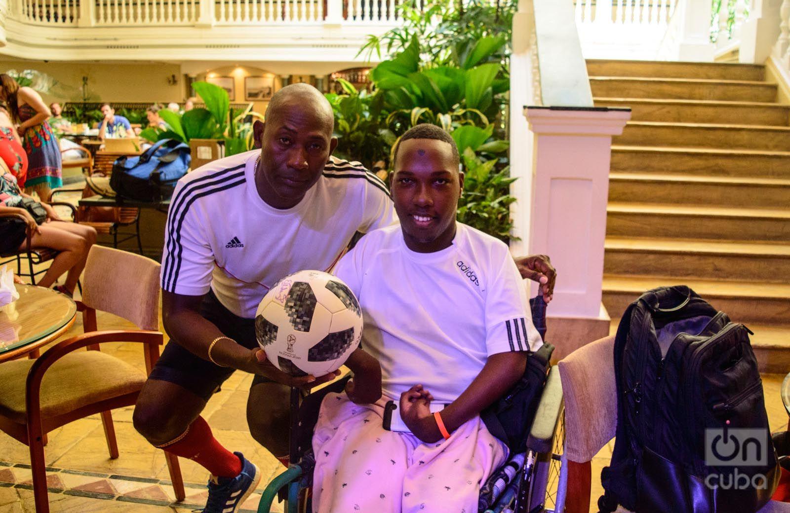 Erick Hernández, después de imponer un record de toque del balón, posa junto a Jarold Quintana: Foto: Otmaro Rodríguez.