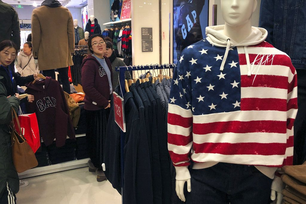 Una mujer se prueba una prenda en una tienda de la firma estadounidense GAP en Beijing, el 10 de enero de 2019. Foto: Andy Wong / AP.