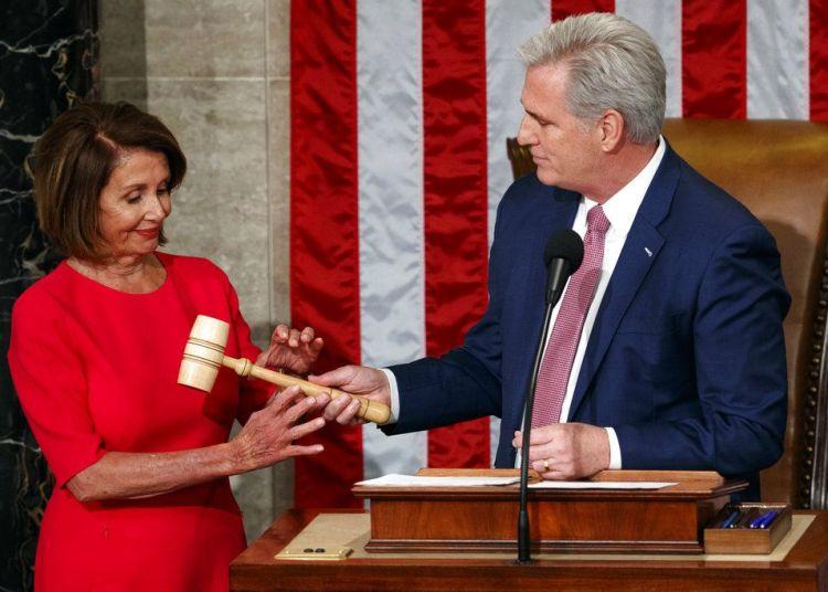 La demócrata Nancy Pelosi recibe de manos del líder de la minoría republicana en la Cámara de Representantes, Kevin McCarthy, el martillo de presidenta de esa instancia legislativa después de que fuera elegida al cargo en el Capitolio en Washington, el jueves 3 de enero de 2019. Foto: Carolyn Kaster / AP.
