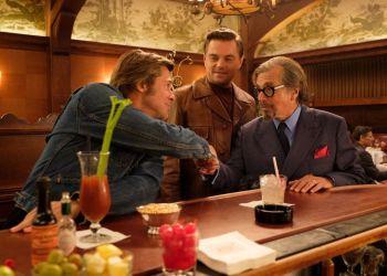 """De izquierda a derecha: Brad Pitt, Leonardo Di Caprio y Al Paciono, en una escena de """"Once Upon a Time in Hollywood"""". Foto: Andrew Cooper/©2019 Sony Pictures Entertainment."""