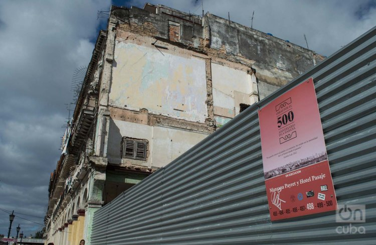 Cartel que anuncia el proyecto hotelero existente para la manzana del cine-teatro Payet, en La Habana. Foto: Otmaro Rodríguez.