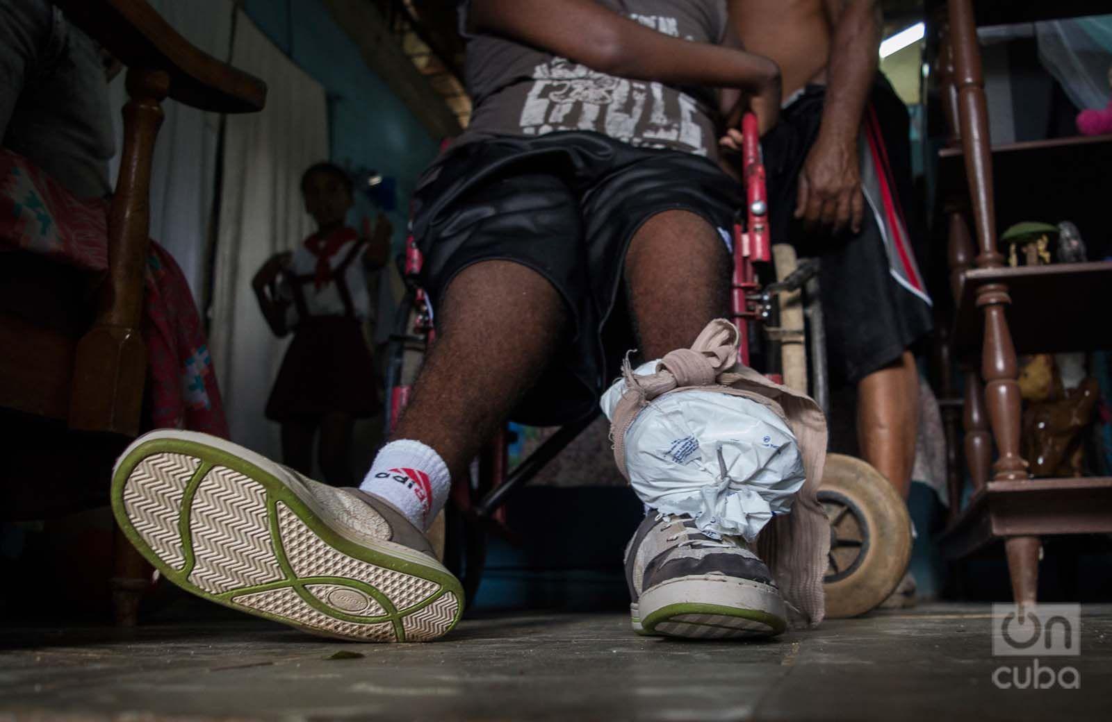 Utiliza una bolsa de plástico, llena de arena, para fortalecer los músculos de las extremidades inferiores. Foto: Otmaro Rodríguez.