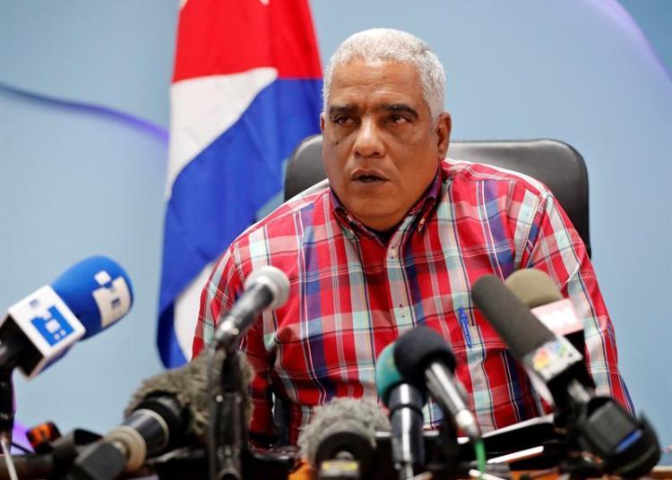 Luis Ladrón de Guevara, director de transporte de pasajeros del Ministerio de Transporte en Cuba, habla hoy durante una rueda de prensa, en La Habana. Foto: Ernesto Mastrascusa / EFE.