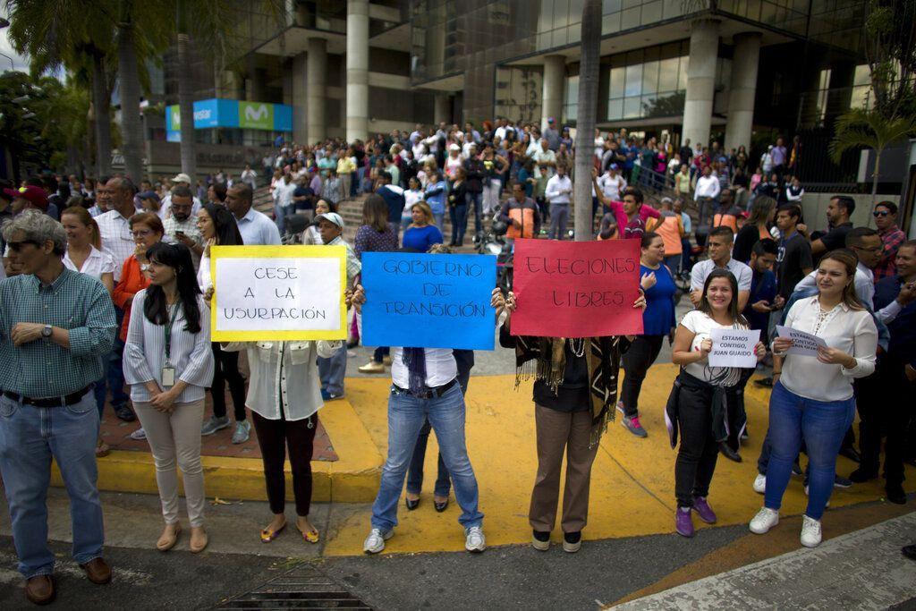 Manifestantes opositores participan en una caminata contra el presidente Nicolás Maduro, en Caracas, Venezuela, el miércoles 30 de enero de 2019. Los venezolanos están saliendo de sus hogares y lugares de trabajo en una huelga organizada por la oposición para exigir que Maduro deje el poder. Foto: Ariana Cubillos/AP.