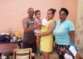 Mirurgia Stevens (der) junto a su familia en el albergue Estrella Roja, en La Habana. Foto: Michel Hernández.