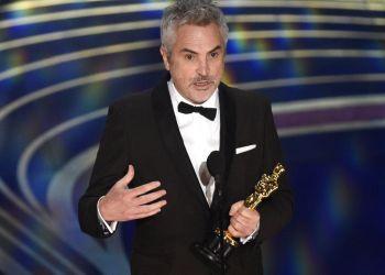 """Alfonso Cuarón recibe el Oscar a la mejor cinematografía por """"Roma"""", el domingo 24 de febrero del 2019 en el Teatro Dolby en Los Angeles. Foto: Chris Pizzello/Invision/AP."""
