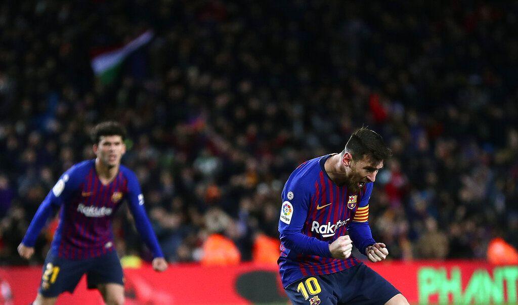 Lionel Messi festeja tras anotar uno de los dos goles con que Barcelona empató 2-2 con Valencia en su estadio Camp Nou el sábado 2 de febrero de 2019, cuando sufrió un golpe que lo tiene en duda para el partido de ida de las semifinales de la Copa del Rey contra Real Madrid. Foto: Manu Fernández / AP.