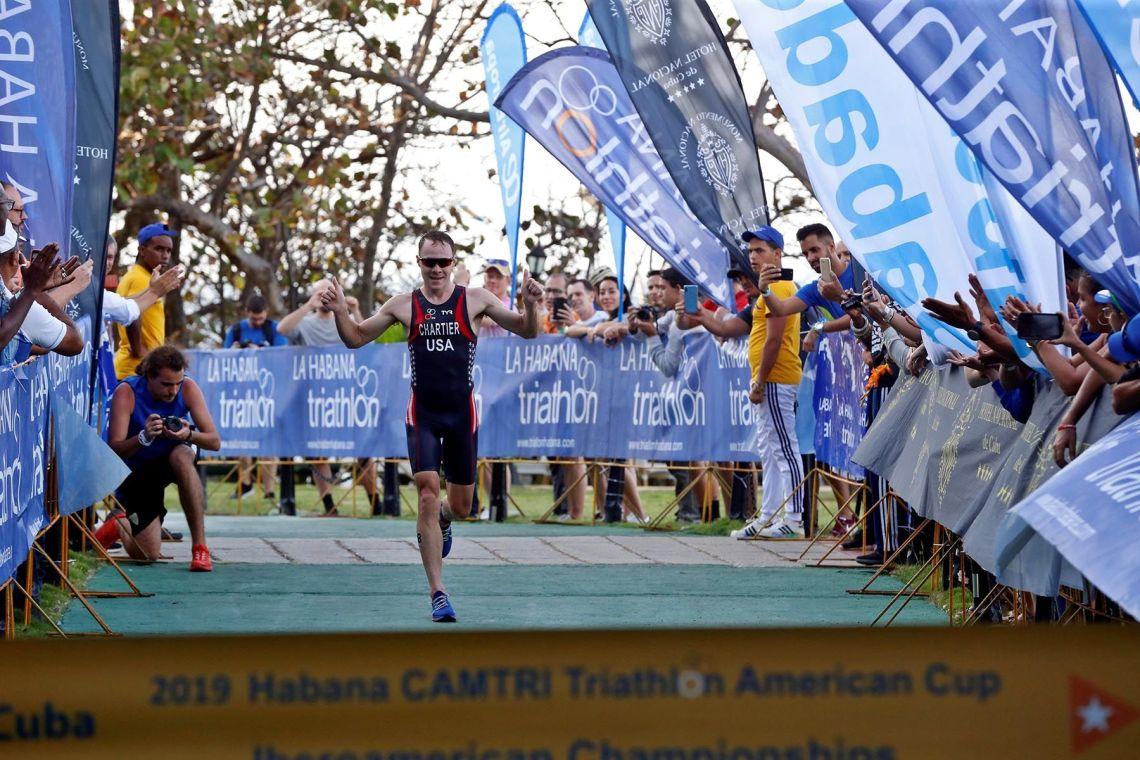 El estadounidense Collin Chartier llega a la meta en primer lugar, en la categoría Elite este sábado, durante el Campeonato Iberoamericano de Triatlón en La Habana. Foto: Ernesto Mastrascusa / EFE.