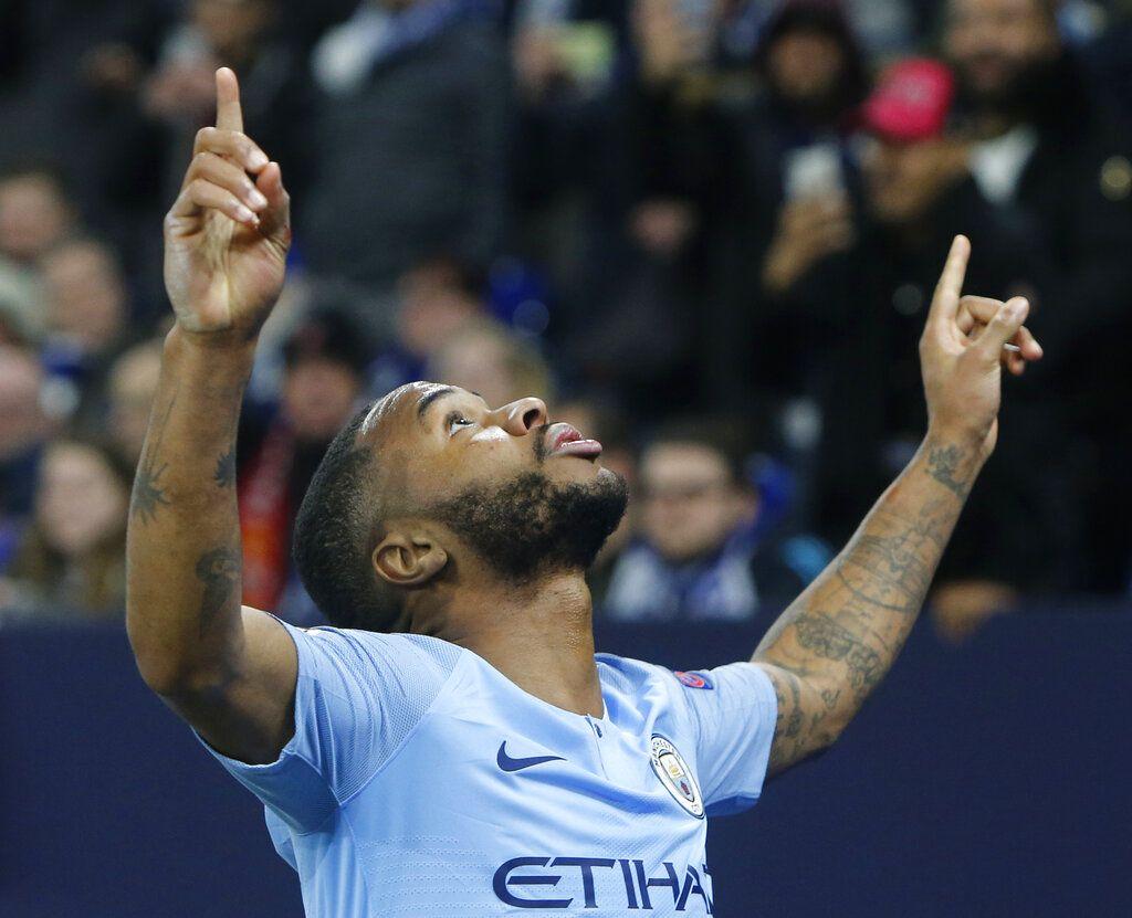Raheem Sterling, del Manchester City, festeja tras anotar el tercer gol de su equipo ante el Schalke en la ida de los octavos de final de la Liga de Campeones, el miércoles 20 de febrero de 2019 (AP Foto/Michael Probst)