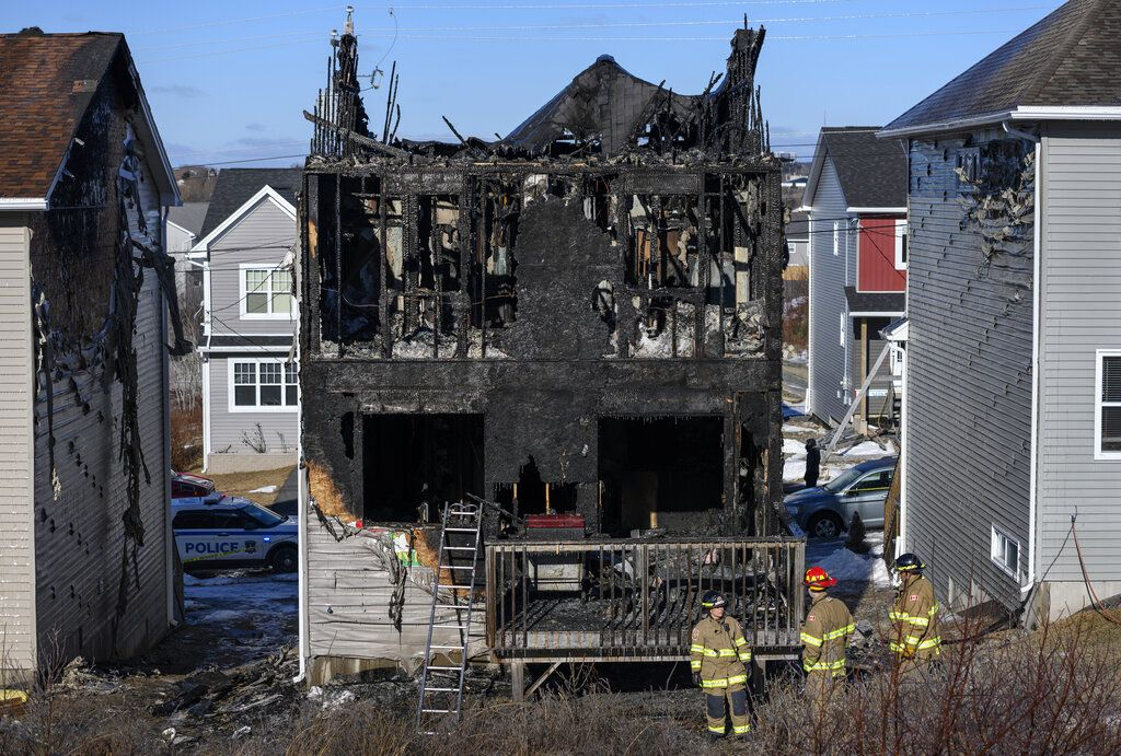Bomberos inspeccionan una casa que se quemó en Halifax, Canadá, el 19 de febrero de 2019. Foto: Darren Calabrese / The Canadian Press vía AP.