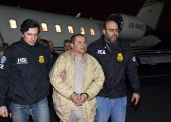 """Agentes escoltan al narco mexicano Joaquín """"El Chapo"""" Guzmán, centro, de un avión a una caravana de camionetas en el el aeropuerto MacArthur de Ronkonkoma, Nueva York. Foto: U.S. law enforcement via AP."""