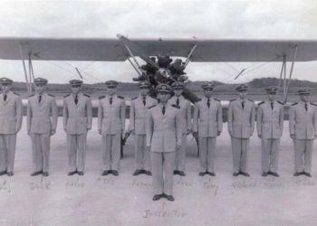 Fotografía cedida a EFE por Myra Bascaro donde aparece su padre, el expiloto cubano Antonio Bascaro (4-dcha), en una instantánea tomada en 1954 en Cuba.