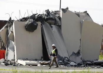 Un trabajador pasa por un prototitpo del muro fronterizo que fue demolido el miércoles 27 de febrero de 2019, en la frontera entre Tijuana, México, y San Diego. Foto: Gregory Bull / AP.