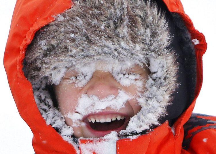 Un niño juega con la nieve en medio de una tormenta invernal en Seattle el 4 de febrero de 2019. Foto: Genna Martin / seattlepi.com vía AP.