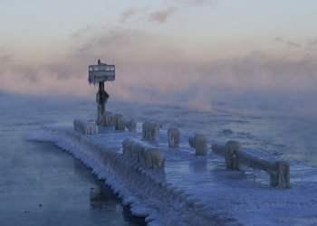 El faro de un puerto está cubierto por hielo y nieve sobre el lago Michigan en Chicago, 30 de enero de 2019. Foto: Nam Y. Huh/AP.