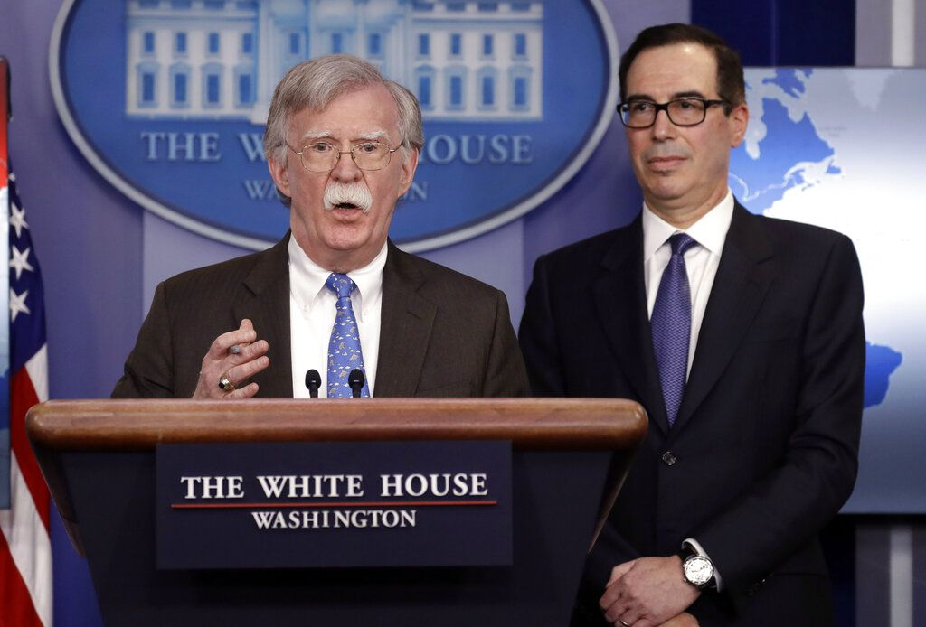 El asesor de seguridad nacional de la Casa Blanca, John Bolton, habla acompañado por el secretario del Tesoro Steven Mnuchin en una conferencia de prensa, el lunes 28 de enero del 2019, en Washington. (AP Foto/ Evan Vucci)