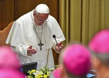 El Papa Francisco reza en el inicio de una cumbre para la prevención de abusos sexuales, en el Vaticano, el 21 de febrero de 2019. Foto: Vincenzo Pinto / Pool vía AP.