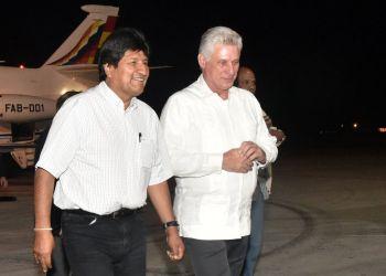 Evo Morales (izq) es recibido en el aeropuerto de La Habana por el presidente cubano Miguel Díaz-Canel, la noche del 31 de enero de 2019, cuando aún era presidente de Bolivia. Foto: Granma / Archivo.