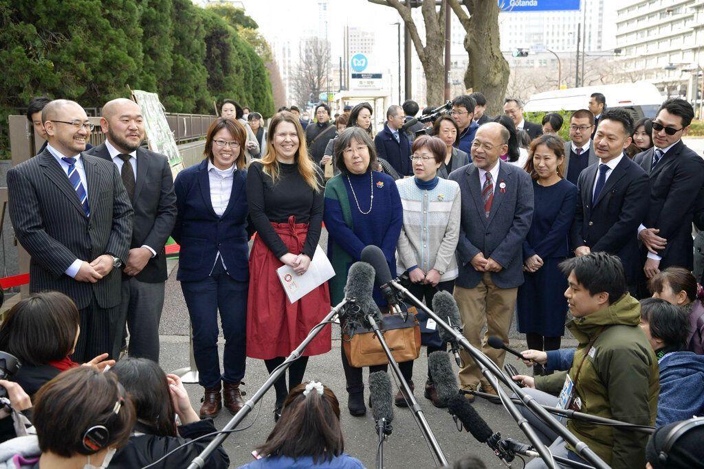 Varias personas conversan con la prensa antes de que presentaran demandas para impugnar la constitucionalidad del rechazo en el país a los matrimonios entre personas del mismo sexo, cerca de la Corte de Distrito en Tokio, el jueves 14 de febrero de 2019. Foto: Chika Ohshima/Kyodo News vía AP.