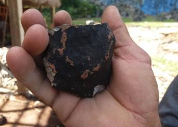 Posible fragmento de meteorito caído en Valle de Viñales en Pinar del Río, el 1 de febrero de 2019. Foto: Fátima Rivero Amador / Facebook.
